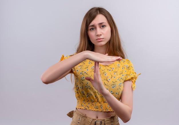 タイムアウトジェスチャーをしている真剣に見える若い女の子