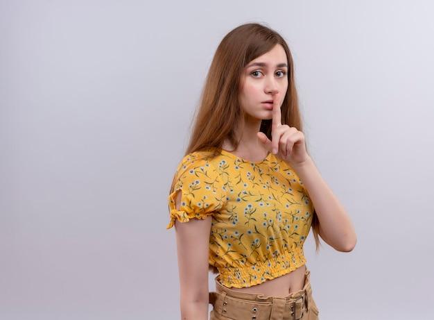 コピースペースで沈黙を身振りで示す真剣に見える少女