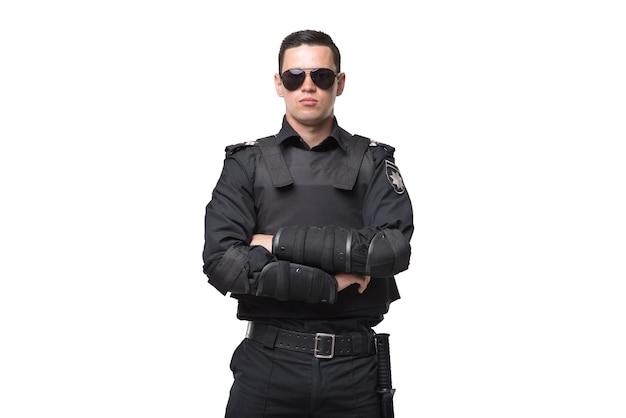 Серьезный полицейский в солнечных очках, униформа с бронежилетом