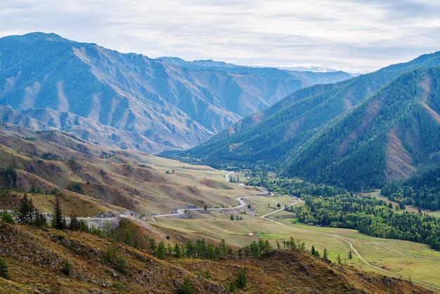 구불구불한 산길. chike taman 패스에서 chuysky 지역의 전망. 알타이 산맥, 러시아