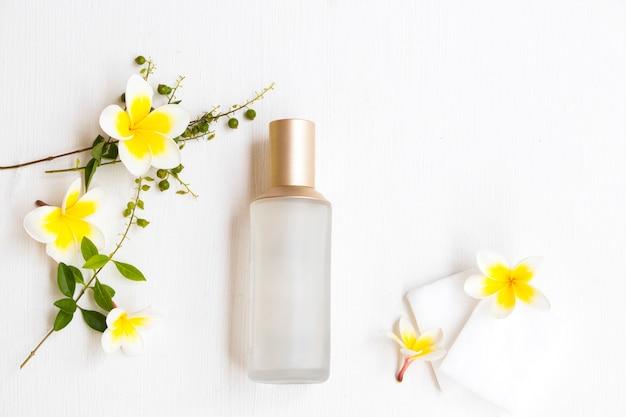 綿パッドと花の血清ボトル
