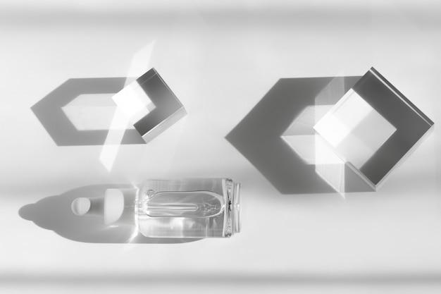 세럼 화장품 모형, 표면의 유리 블록, 투명한 기하학적 아크릴 장식.