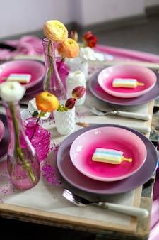 食器、電化製品、花が飾られた美しく装飾されたテーブル