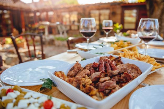 ダイニングテーブルでバーベキュー肉を提供