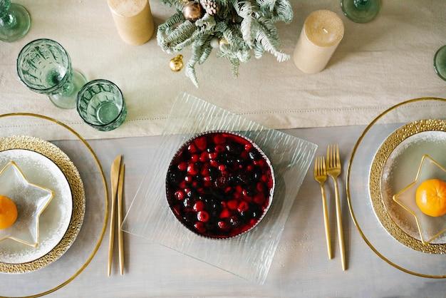 クリスマスディナーにお祝いのテーブルを提供。テーブルの上のベリーパイ