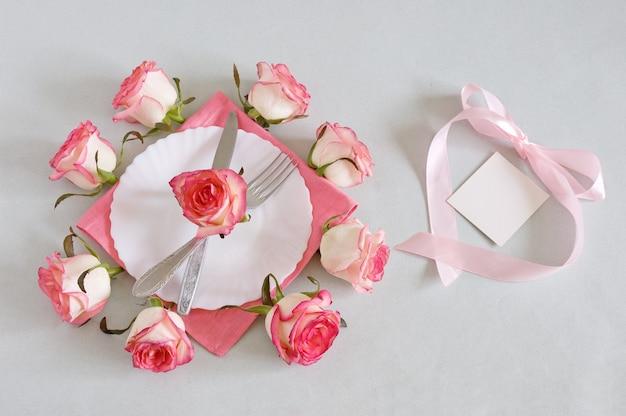 バレンタインデーのためにプレートとバラを添えたプレート