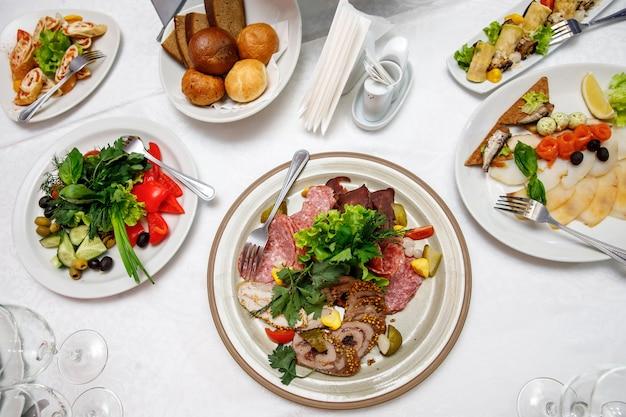 접시와 함께 제공되는 원형 연회 테이블.
