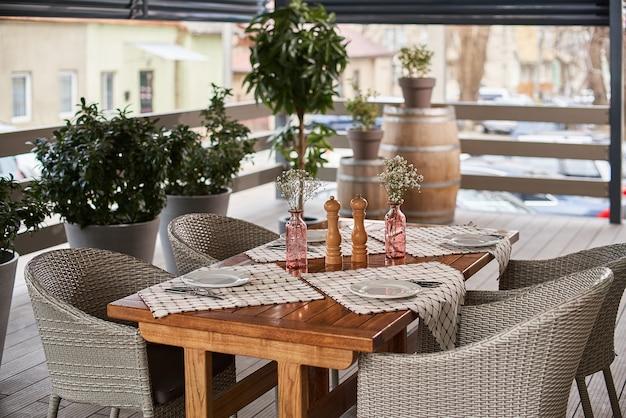 Сервированный столик в кафе на летней террасе, время на завтрак или обед