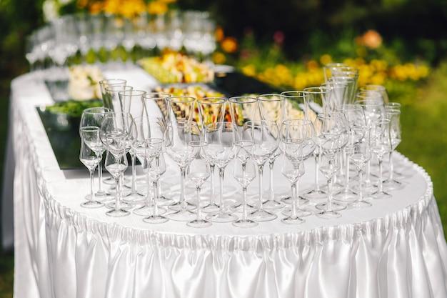 Сервируется стол для мероприятия. обед на свежем воздухе. летняя терраса.