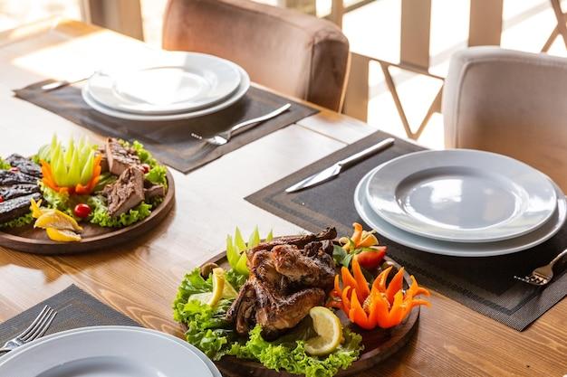 2인용 테이블, 튀긴 야채와 치킨 타바코