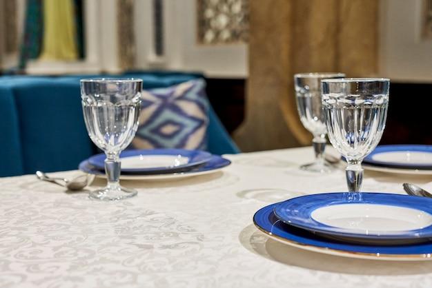 레스토랑에서 테이블 제공. 제공된 테이블에 레스토랑 요리의 클로즈업보기