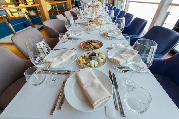 休日のレストランでのテーブル、宴会テーブルの提供 Premium写真