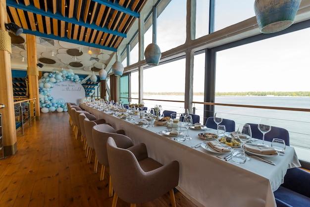 休日のレストランでのテーブル、宴会テーブルの提供