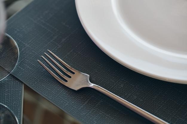 Служил столик в ресторане, крупным планом