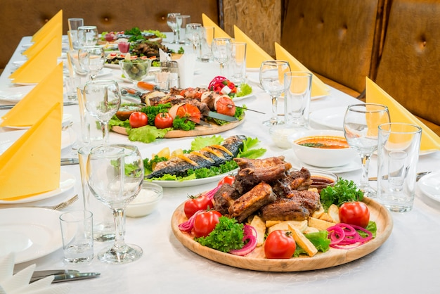 Сервированный стол с едой в ресторане