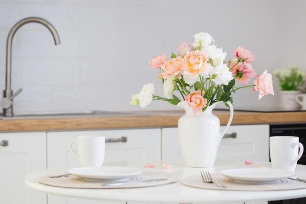 장미 부케와 테이블 제공