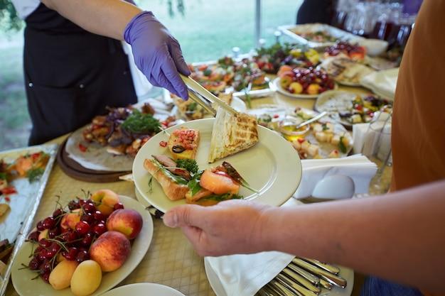 宴会、パーティー、フォーラム、会議のためのおいしい料理を提供するテーブル。ケータリング食品。