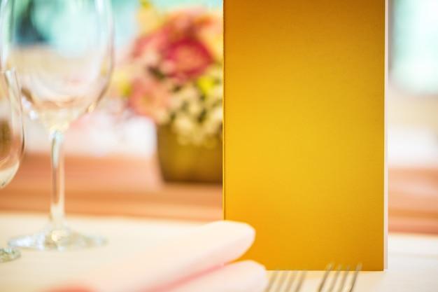 レストラン、クローズアップのメニューパンフレット付きのテーブルを提供しています。テキストや情報のための空き容量。