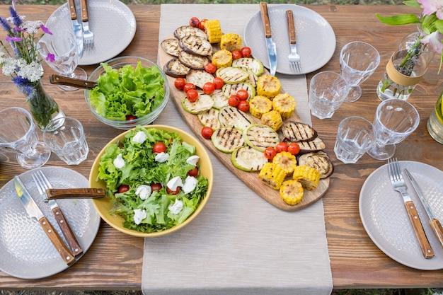 ベジタリアンフードグラスとプレートを添えたテーブル