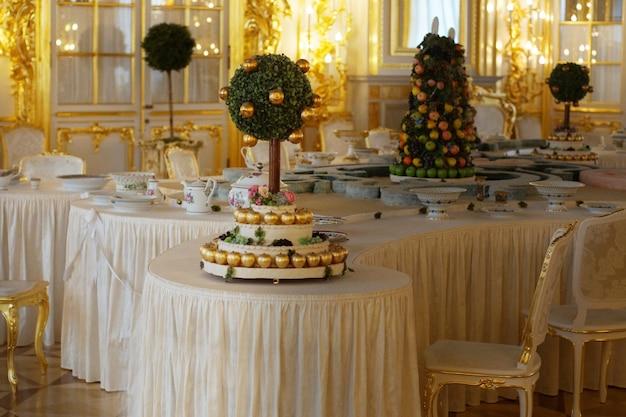 構成と白いテーブルクロスで提供されるテーブル