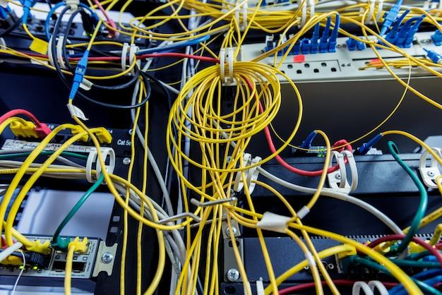 Серверная комната с компьютерами для интернета. сетевые кабели подключены к коммутаторам.