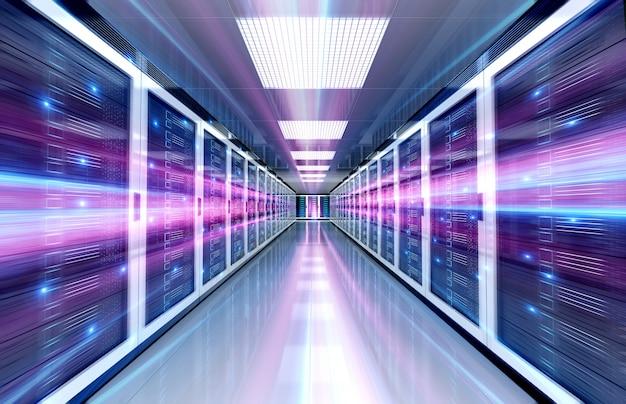 Серверы дата-центра комнаты с ярким скоростным светом по коридору