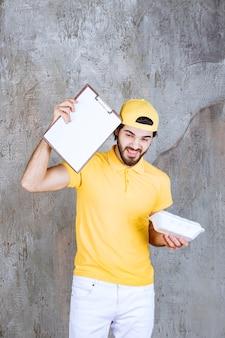 プラスチック製の持ち帰り用フードボックスを持って署名を求める黄色い制服を着たサービスエージェント。