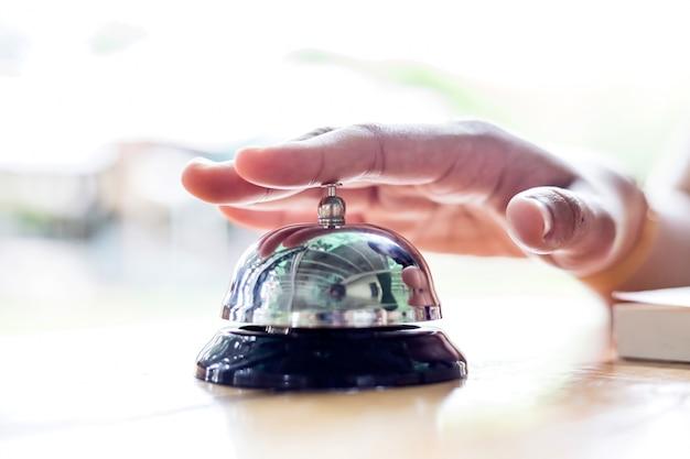 Сервисный звонок. человек, используя свой палец, чтобы позвонить в колокольчик.