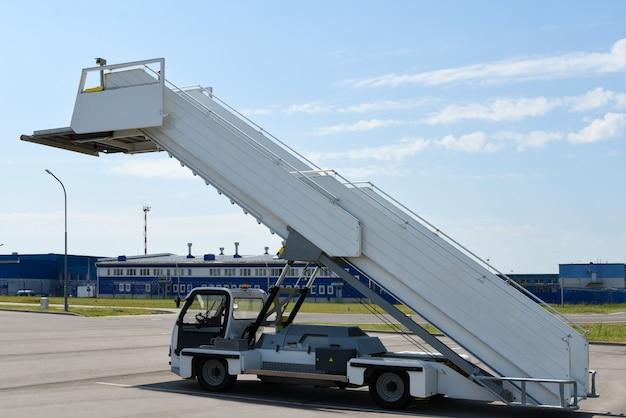 Service car, passenger gangway, airport, passenger service.