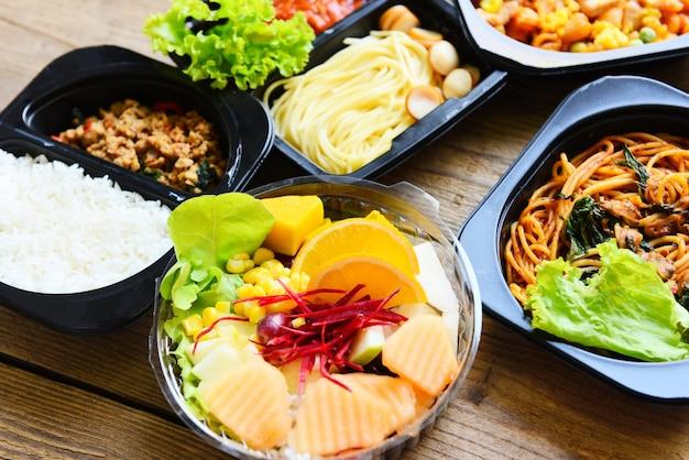 Служба доставки заказа еды спагетти рис и фрукты на ящике для еды, упаковка ящиков на вынос