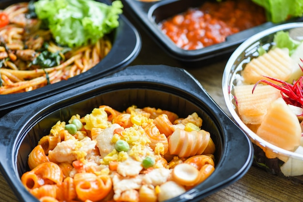 Service food order online delivery spaghetti macaroni fruit food delivery in take away boxes