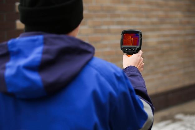カントリーハウスの外の熱漏れをチェックするサービス。