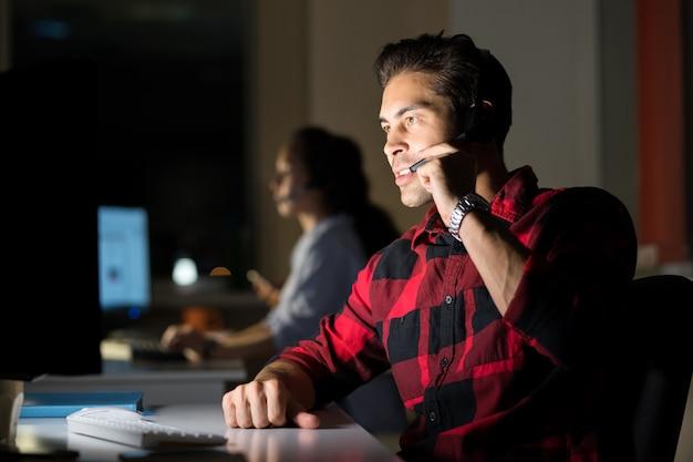顧客と話しているサービスオペレーター