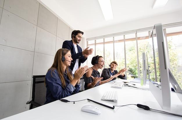 서비스 팀 개념입니다. 사무실의 교환원 또는 연락 센터 판매, 사무실의 팀 비즈니스 교환원. 서비스 비즈니스, 헤드셋이 있는 콜 센터 팀.