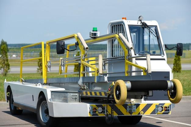 Service vehicle, belt conveyor, airport, passenger service.