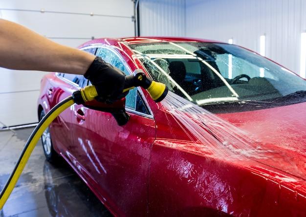 洗車で車を洗うサービスワーカー。