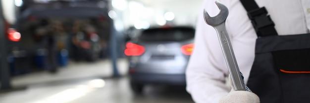 Военнослужащий в белых защитных перчатках держит ключ