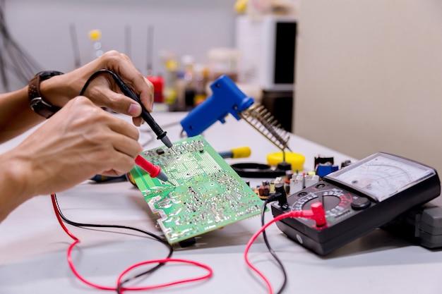 サービス、電子機器の修理、スズはんだ付け部品。