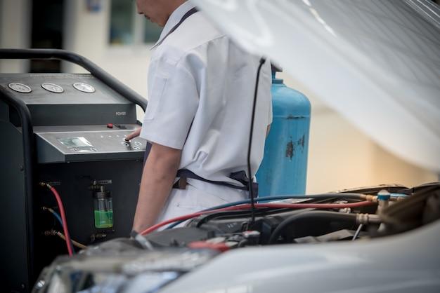 자동차 에어컨 서비스. 서비스 센터. 자동차 수리. 자동차 정비사 압력과 누출을 점검하십시오. 에어컨 시스템에 사용