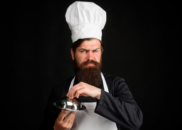서빙 및 프레젠테이션 요리사는 금속 요리 요리 직업과 사람들 개념 남성 요리사를 보유하고 있습니다.