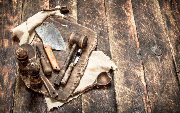 배경 봉사. 오래 된 주방 도구 커팅 보드. 나무 테이블에.