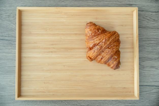 焼きたてのサクサクのクロワッサンを木製のトレイに盛り付けます。