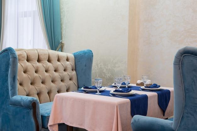 青と光のスタイルの豪華なレストランで宴会テーブルを提供