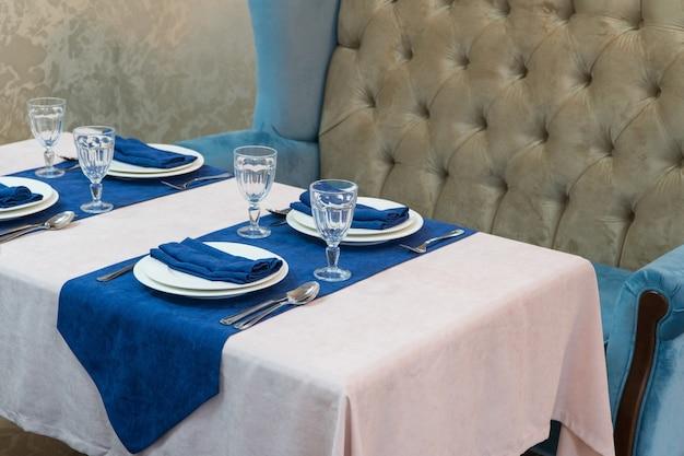파란색과 밝은 스타일의 고급스러운 레스토랑에서 연회 테이블 제공