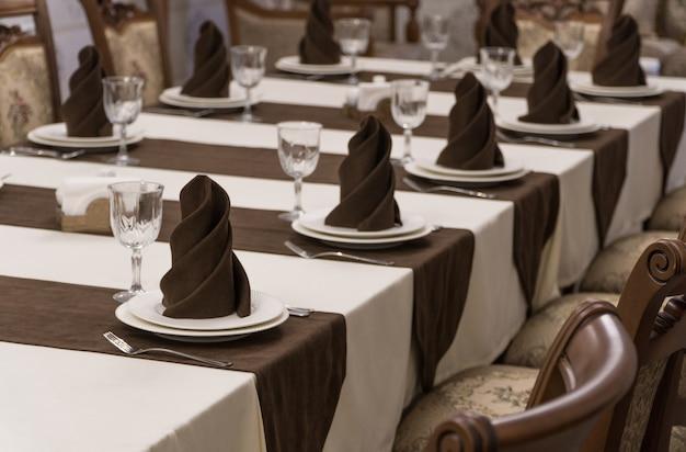 茶色と白のスタイルの豪華なレストランで宴会テーブルを提供