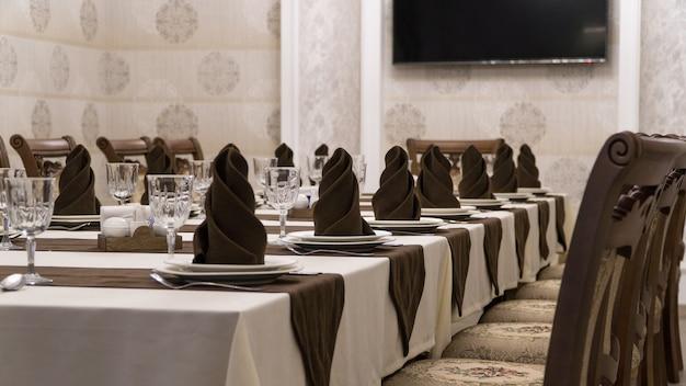 갈색과 흰색 스타일의 고급스러운 레스토랑에서 연회 테이블 제공