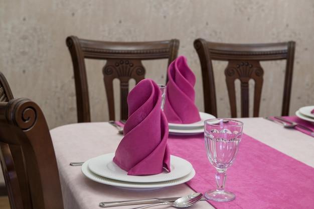 ピンクと白のスタイルの豪華なレストランで宴会テーブルを提供