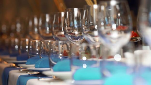青と白のスタイルでレストランの宴会テーブルを提供しています。飲み物用食器