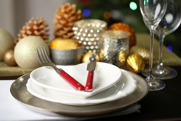 Сервировка рождественского стола крупным планом