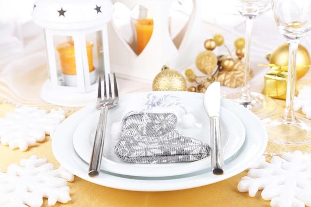 クリスマステーブルのクローズアップを提供しています